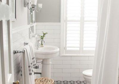 Baño blanco con suelo en blanco y negro