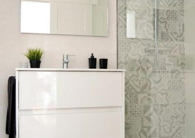 Baño color blanco - Suelo gris - Mampara cristal transparente