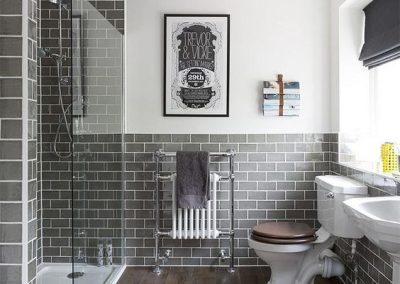 Baño gris y blanco con suelo estilo madera