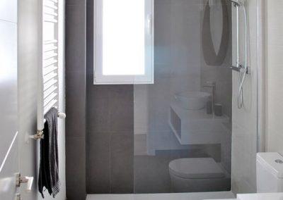 Baño moderno combinación blanco - marrón