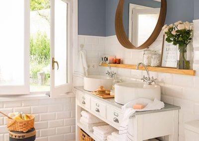 Baño pequeño blanco y azul - Alicatado blanco