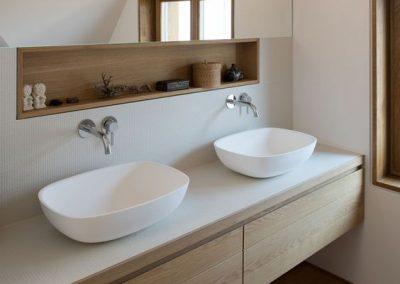 Baño suelo estilo madera