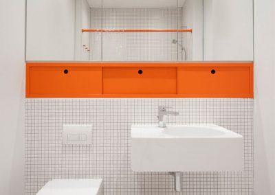 Baño moderno color naranja